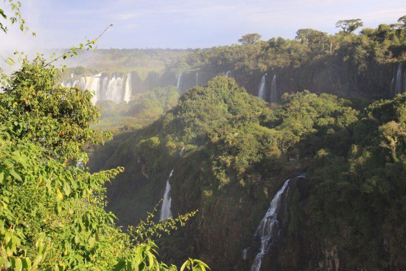 La bruma de las cascadas entre la selva 1