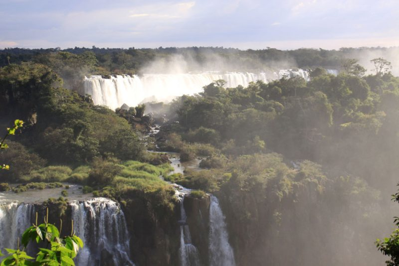 La bruma de las cascadas entre la selva 2