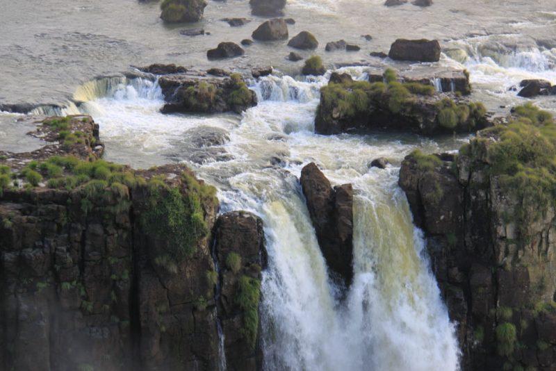 El agua cae entre las rocas basálticas