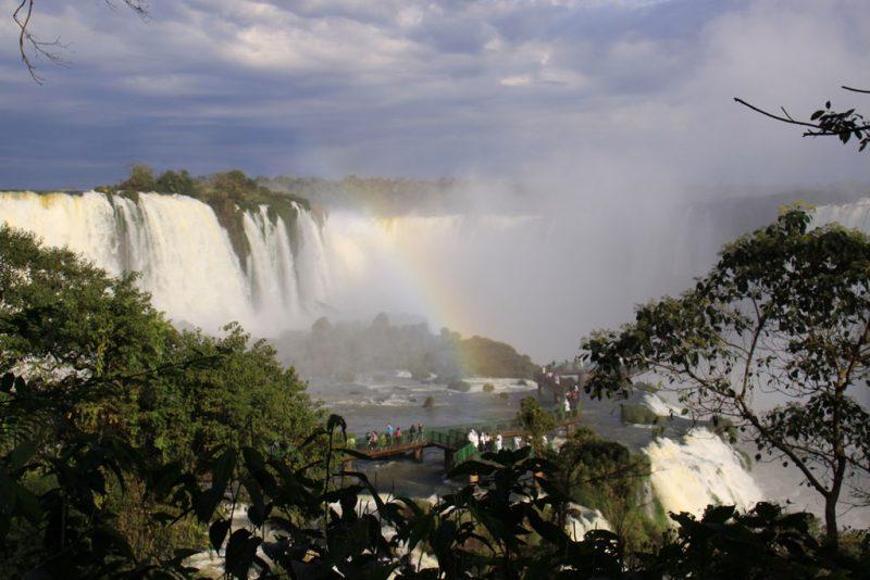 Arco iris entre las cascadas 1