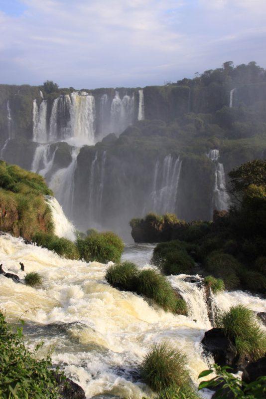 Detalle del agua que se precipita por las cascadas
