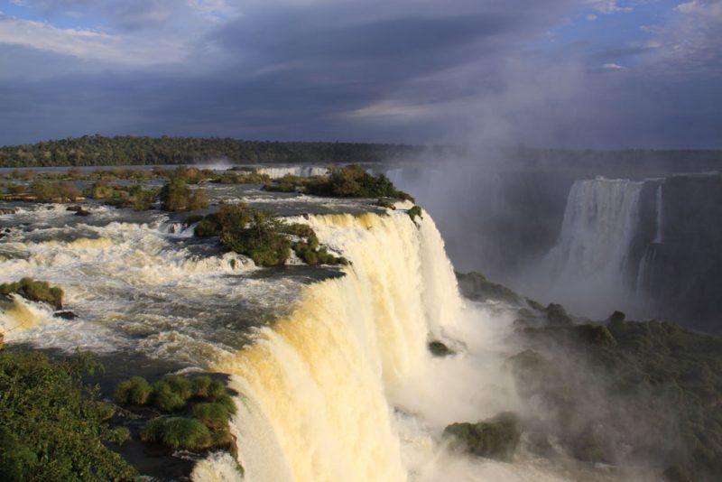 El lado brasileño de las cascadas iluminado por el sol vespertino