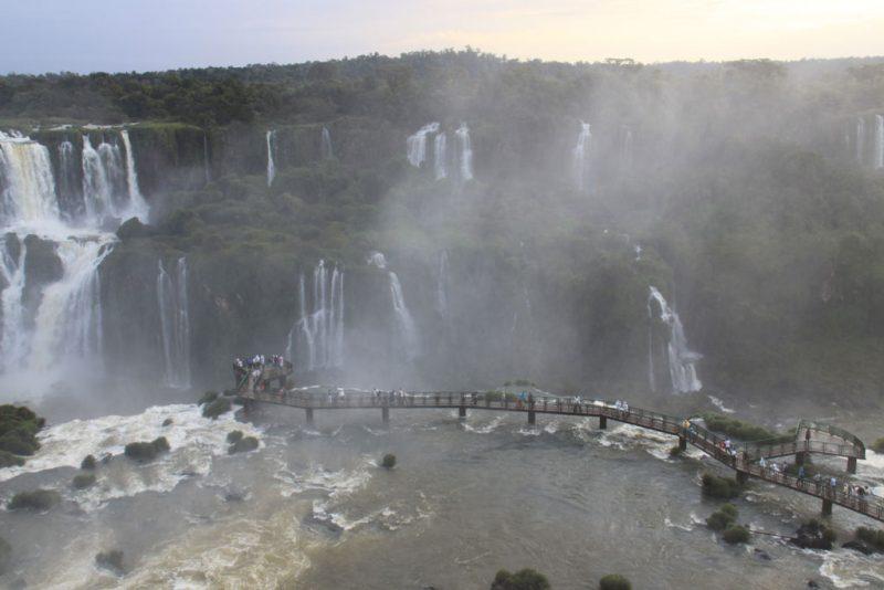 Panorámica de las pasarelas y miradores del lado brasileño