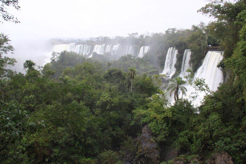 Panorámica entre la lluvia de los saltos del lado argentino