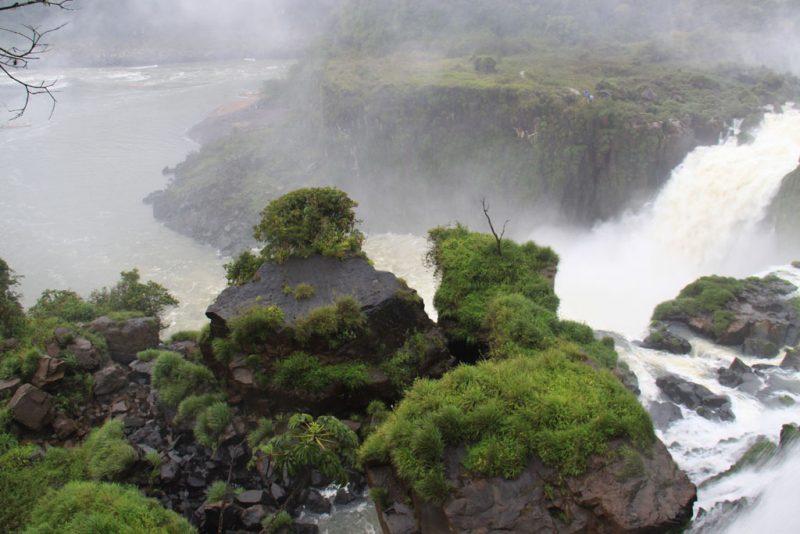 Enormes rocas desprendidas, a los pies de las cascadas