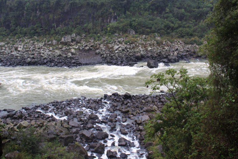 La rápida corriente del río Iguazú