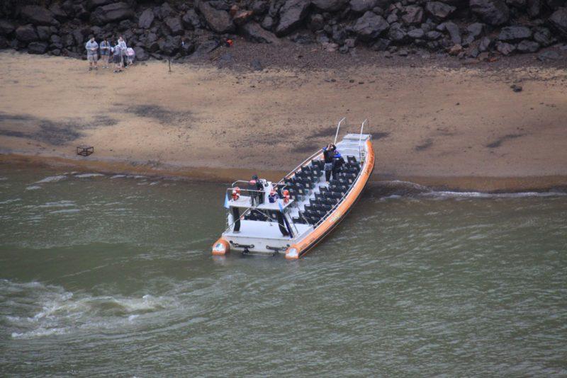 Una embarcación que acerca a los turistas al pie de las cascadas, en la Isla San Martín