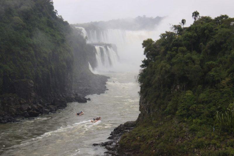 El río Iguazú. Al fondo, el salto San Martín