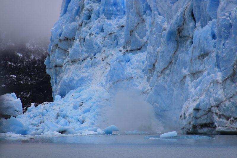 Un desprendimiento de hielo en el frente del Glaciar Perito Moreno