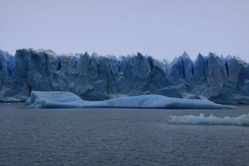 Cara norte del frente del Glaciar Perito Moreno y témpanos