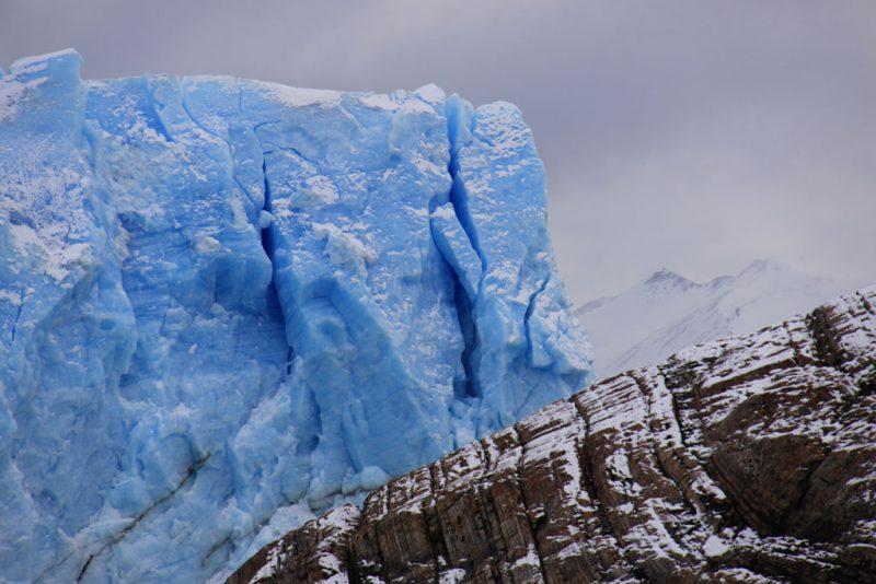 Hielo azul y roca erosionada