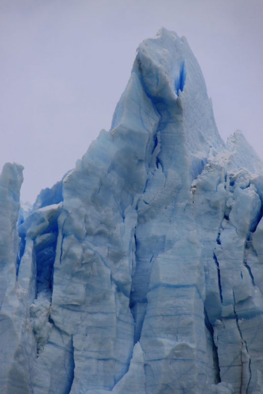 Extrañas formas del hielo en el frente de la cara sur del glaciar