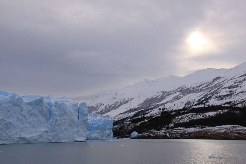 El sol quiere asomar sobre el frente del glaciar