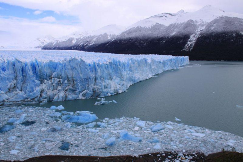 Cara norte del frente del Glaciar Perito Moreno, con témpanos desprendidos