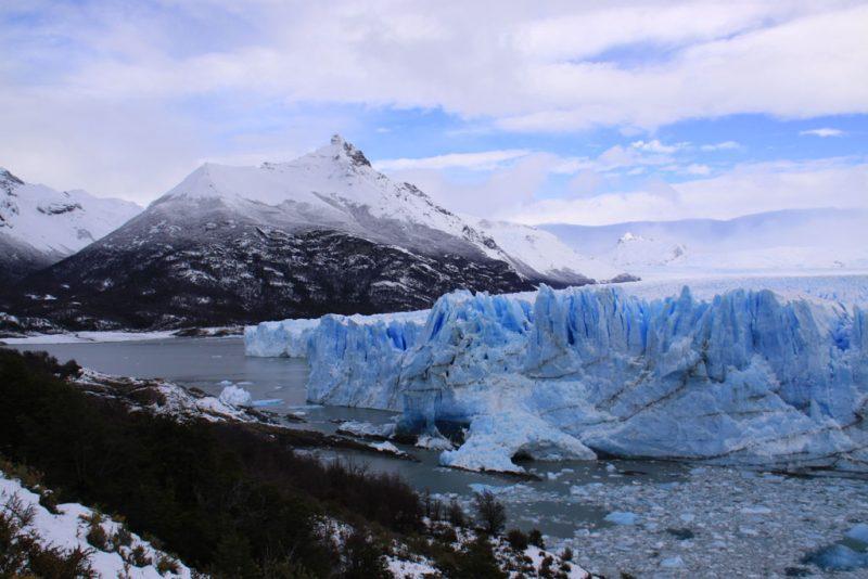 La cara sur del Glaciar Perito Moreno, con el cerro Moreno al fondo