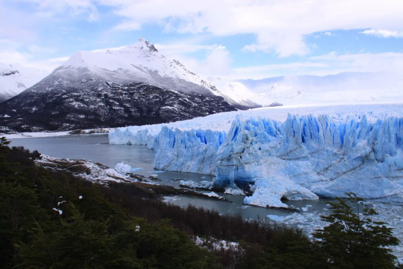 El Glaciar Perito Moreno junto al bosque patagónico, y con el Cerro Moreno tras él 1