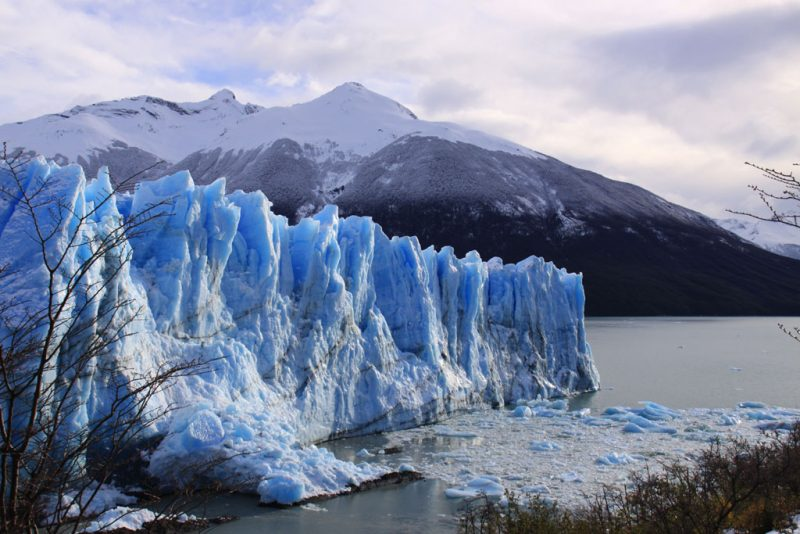 El sol brilla sobre la cara norte del glaciar Perito Moreno