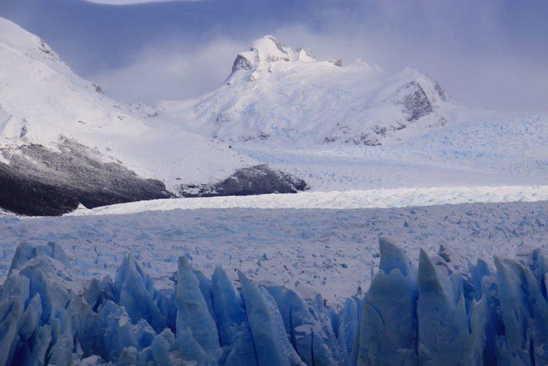 El glaciar Perito Moreno, con las cumbres patagónicas al fondo