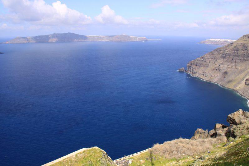 Vista general de la caldera de Santorini. Al fondo, la isla de Thirasía