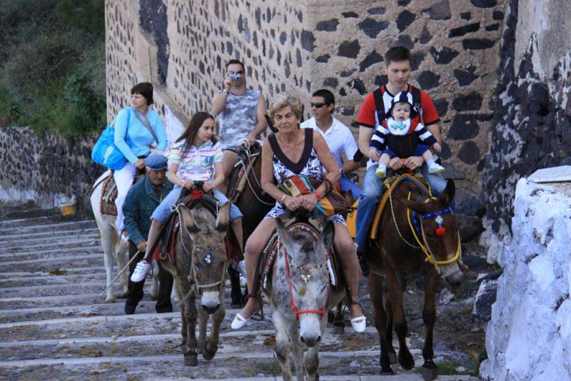 Turistas a lomos de burro, en la subida a Firá, desde el puerto de Skála Firón