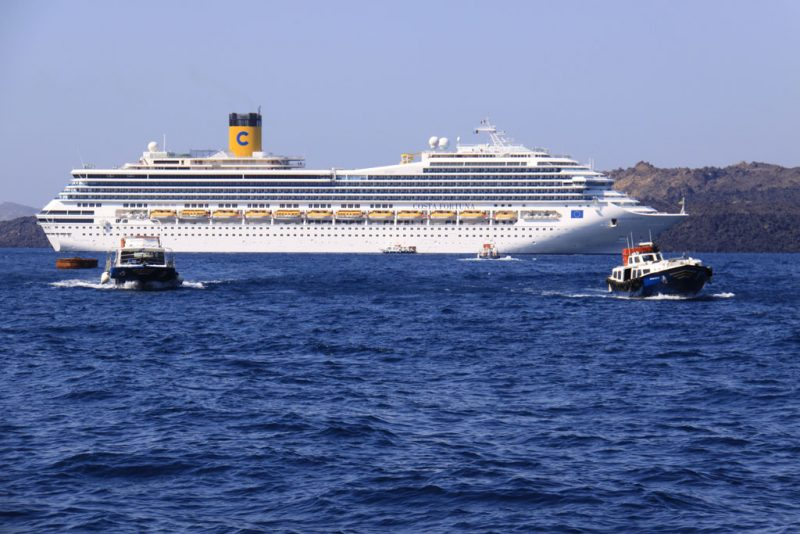 El transatlántico Costa Fortuna, frente al puerto de Skála Firón