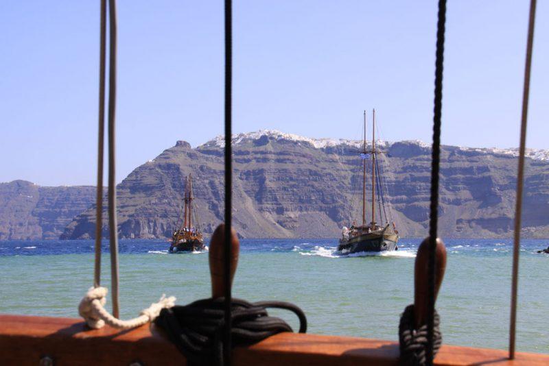 Vista de Firá y Firostefáni desde el barco que lleva a la isla de Néa Kaméni
