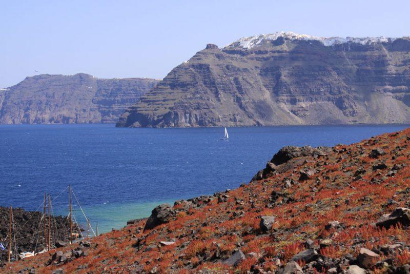 Isla de Néa Kaméni. Al fondo, las casas de Firostefáni y Firá