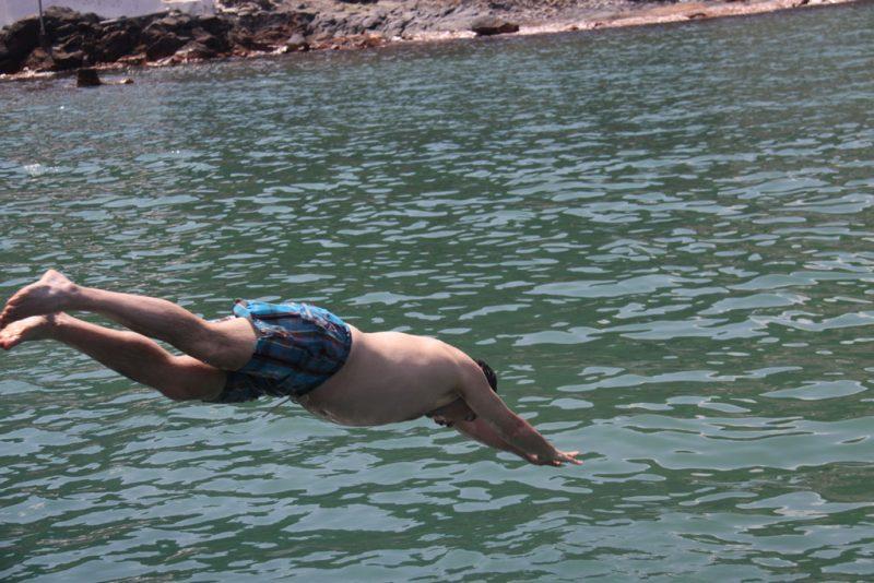 El Tigre, dándose un chapuzón en las aguas del islote de Palaiá Kaméni